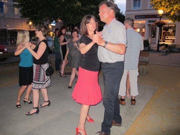 Mittsommer-Tango auf dem Bürgersteig